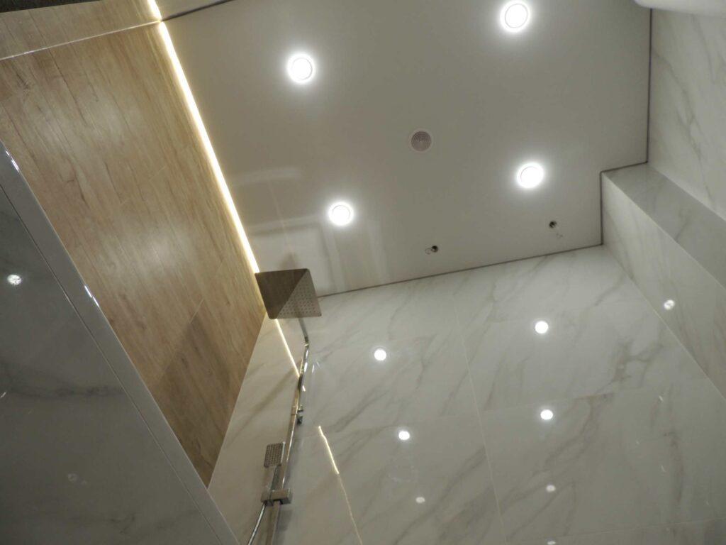 Потолок в ванной комнате с подсветкой и точечными светильниками