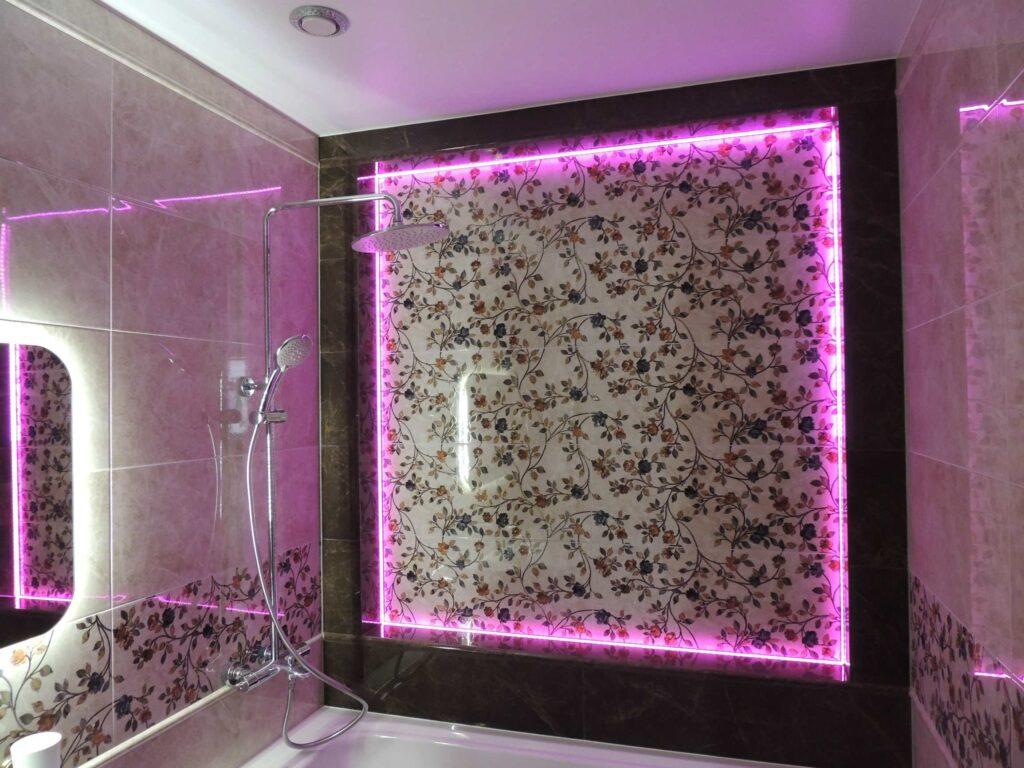 стена со светодиодной подсветкой в ванной комнате.jpg