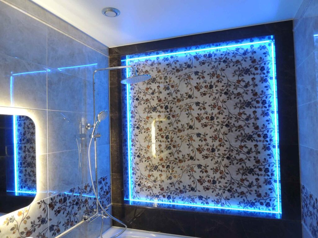 подсветка тёмной и светлой плитки в ванной.jpg