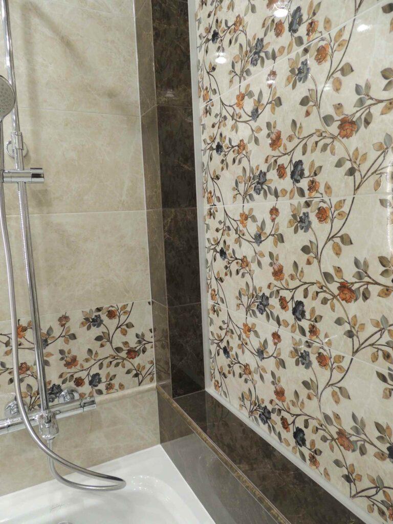 Плитка с цветочками в ванной.jpg