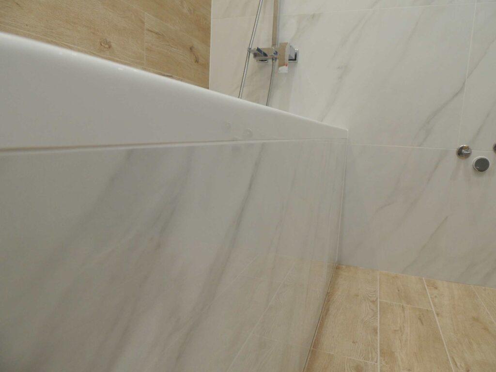 Экран для ванны из крупноформатной плитки