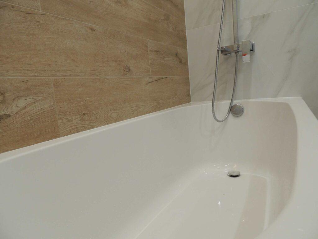 Стык ванны и плитки засиликонен.