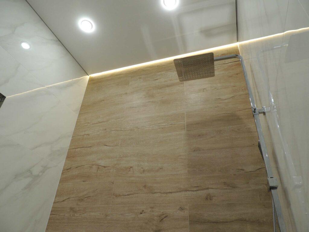 Плитка в ванной комнате под дерево с подсветкой