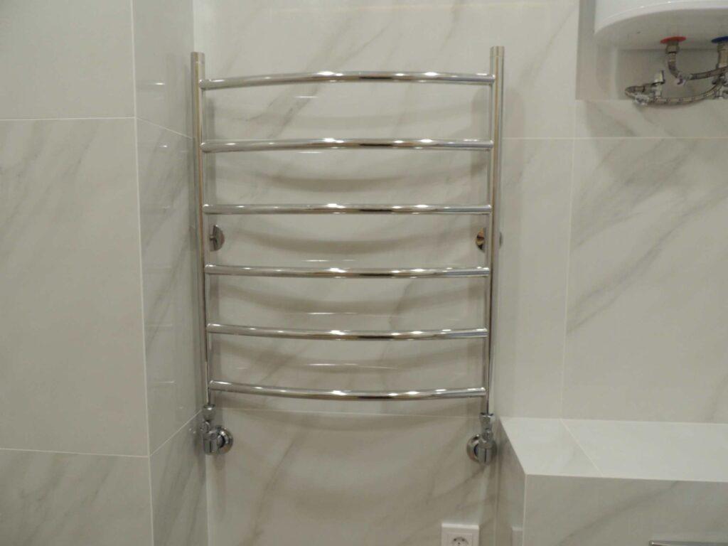 Угловой полотенцесушитель в ванной