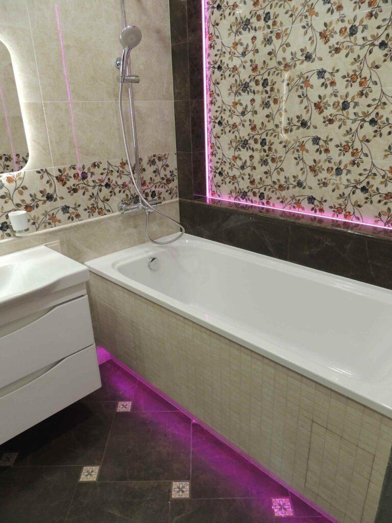 розовая подсветка ниши в ванной комнате.jpg