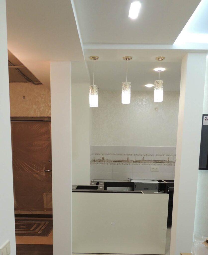 Потолок в кухне под барную стойку с тремя светильниками.jpg