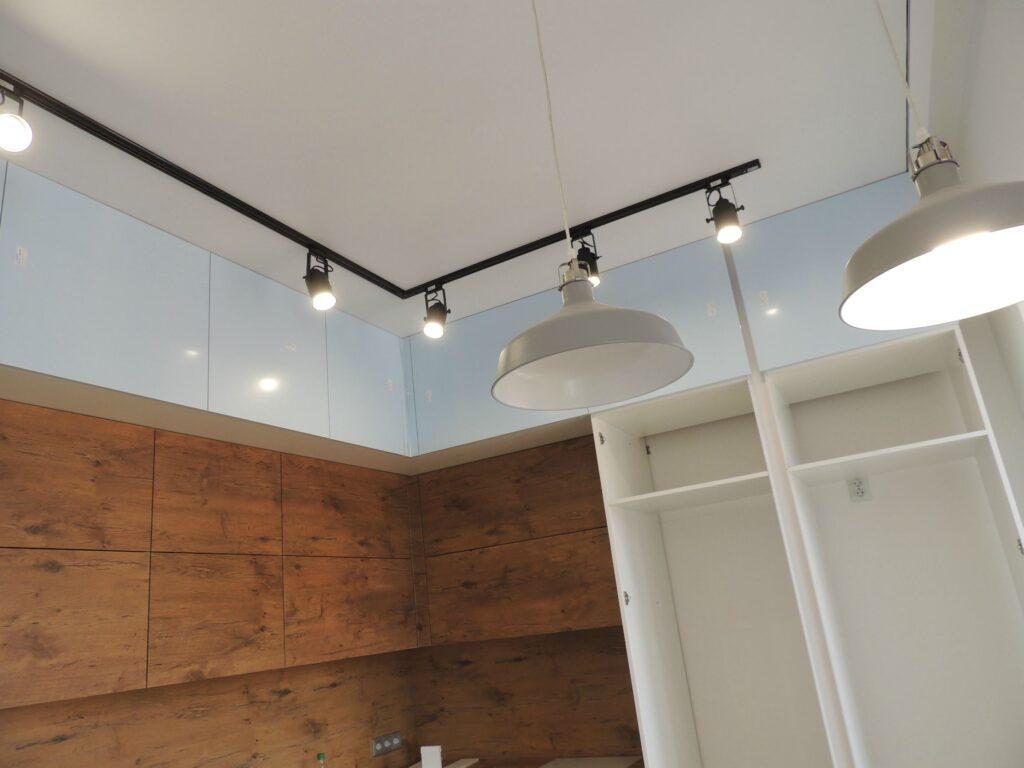 Трековый светильник и точечные светильники на кухне
