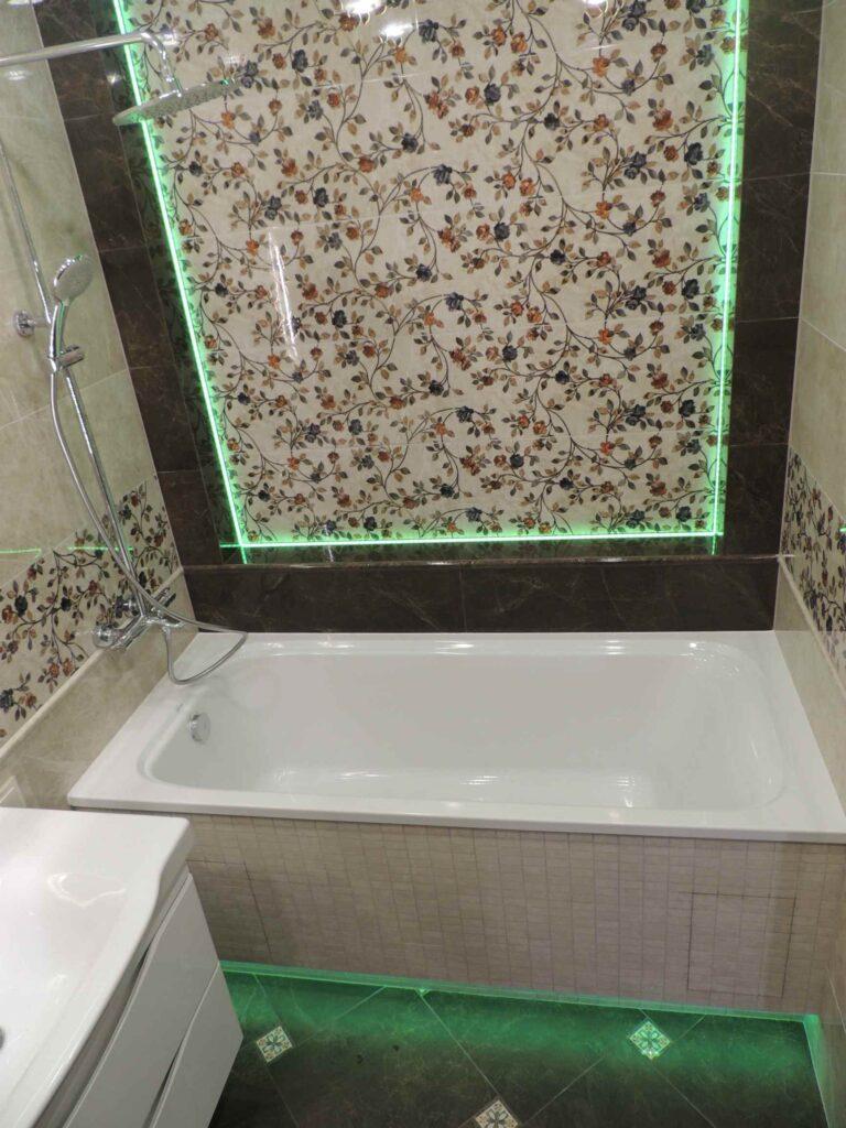 светодиодная RGB подсветка в ванной на стене.jpg