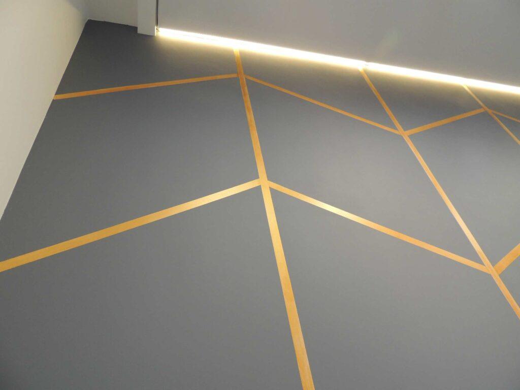 Декоративная стена в зале с подсветкой