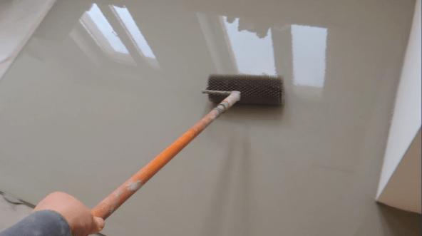 Разравнивание смеси игольчатым валиком