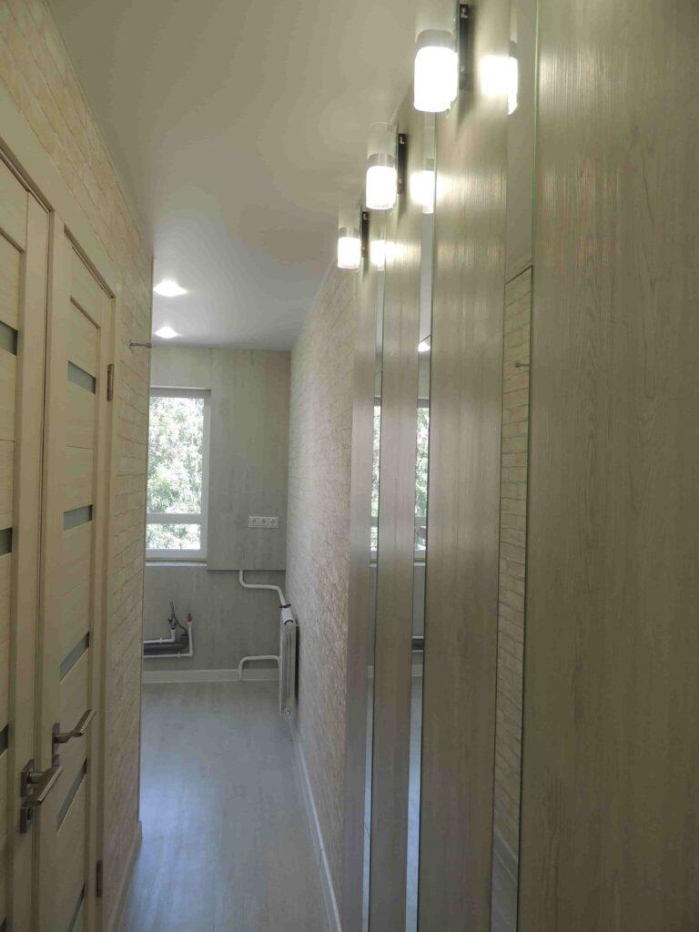 Натяжной потолок в узком коридоре и настенные светильники