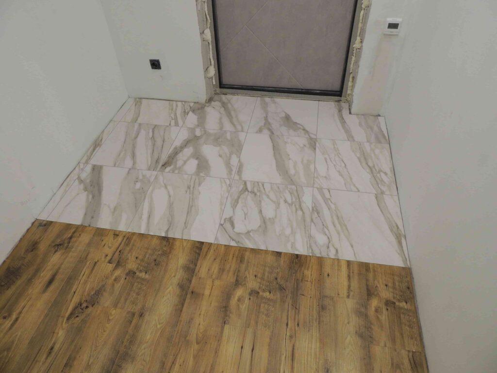 виниловая и кварцвиниловая плитка в коридоре.jpg