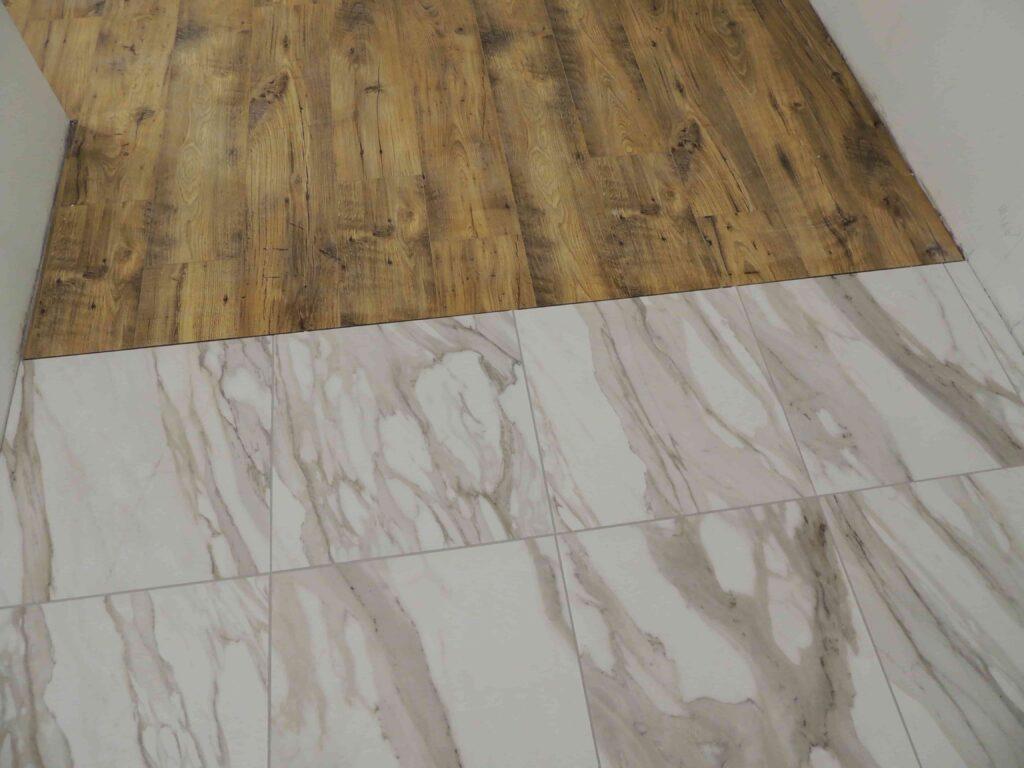 виниловая плитка и керамогранит в коридоре.jpg
